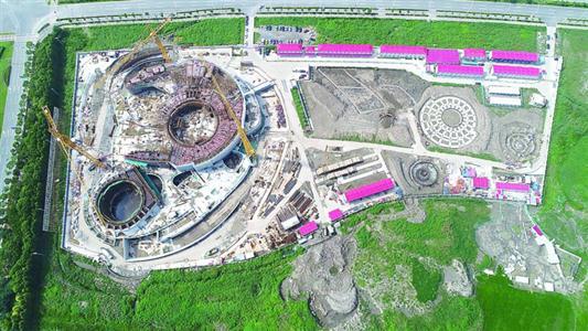 晨报记者 徐妍斐   昨天,拟建成全球建筑面积最大、国际一流的天文馆上海天文馆发布了最新建设进度,在开工十个多月后,上海天文馆主体结构已经完成约85%的土建施工,25%的钢结构施工,球幕影院区域近日也将完成最后一次混凝土浇筑,明年年底所有建安工程完成。记者了解到,未来上海天文馆将根据实际情况开展相应的超新星公众搜寻项目。   预计2020年开馆   未来的上海天文馆位于上海市浦东新区南汇新城镇滴水湖畔,地下1层和地上3层主体建筑、青少年观测基地、大众天文台、魔力太阳塔等。   上海天文馆建设指挥