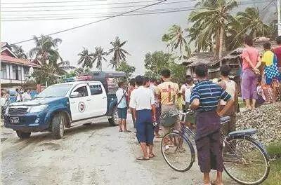 ▲8月27日,在缅甸若开邦孟都地域,人们群集在袭击现场(图片泉源:新华社)