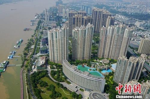资料图:航拍的南京滨江楼盘。中新社记者 泱波 摄