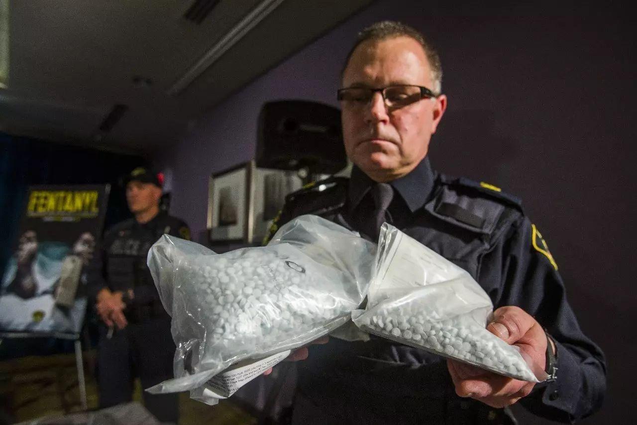 ▲芬太尼是一种止痛处方药,但也被非法售卖,多为药片形式。图为加拿大警方截获的芬太尼包裹。(加拿大《天下邮报》网站)
