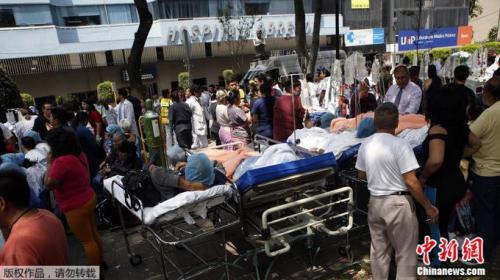 灾区医院的病人被迫转移到人行道上。