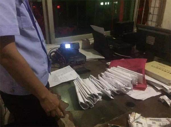 民警将文件柜内的现金清点好带回派出所。