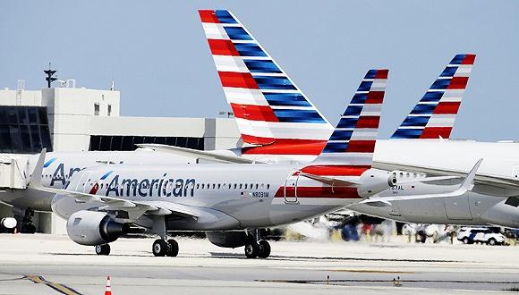 从9月20日开始,美国航空(American Airlines)在首都机场的值机柜台和登机口将从3号航站楼搬迁到2号航站楼,T2是南航的基地所在。 自从今年3月份美国航空宣布以2亿美元的价格入股南方航空之后,两家公司越走越近。 除了代码共享之外,今年7月15日,两家公司开始实施联运协议,涵盖南航服务的130个中国城市和美国航空服务的200多个北美目的地。联运是航空公司之间的运输协议,一般是面向多航段乘客,双方有权销售对方的机票。 挪窝之后,美国航空的航班转乘时间从原来的150分钟缩短到100分钟。美国航