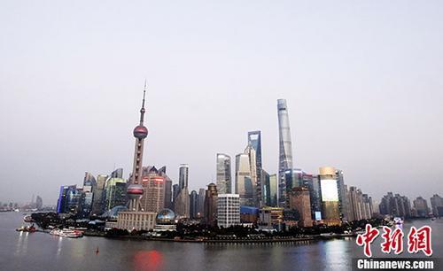 材料图:据最新统计数据表现,停止2017年7月尾,外商在上海累计设破跨国公司地域总部跟总部型机构已冲破600家年夜关,共达605家。中新社记者 汤彦俊 摄