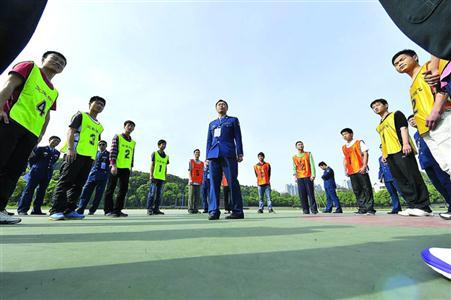 """越来越多的学生有望实现自己的""""蓝天梦"""" /视觉中国     晨报记者 董川峰"""