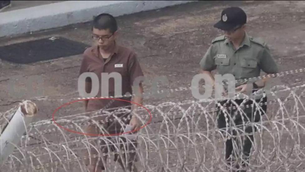 因2014年9月冲击香港特区政府总部东翼前地而被判入狱的黄之锋,其所服刑的囚衣外观照近日首次曝光。