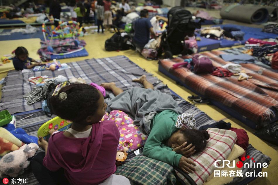 墨西哥地震救灾持续 灾民体育馆内避难(高清组图)