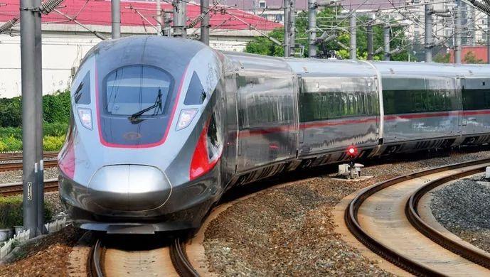 """▲从9月21日起,天下铁路调整新运行图,""""再起号""""列车在京沪高铁率先实现350公里时速运营。由此,中国成为天下上高速铁路系统手艺最全、集成能力最强、运营里程最长、运行速率最高、生长规模最大的国家。"""