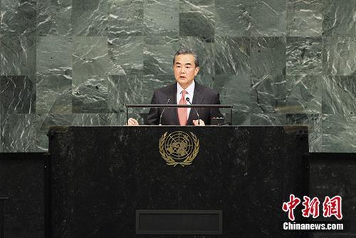9月21日,中外洋交部长王毅在纽约结合国总部缺席72届联年夜个别性争辩并谈话。 中新社记者 马德林 摄
