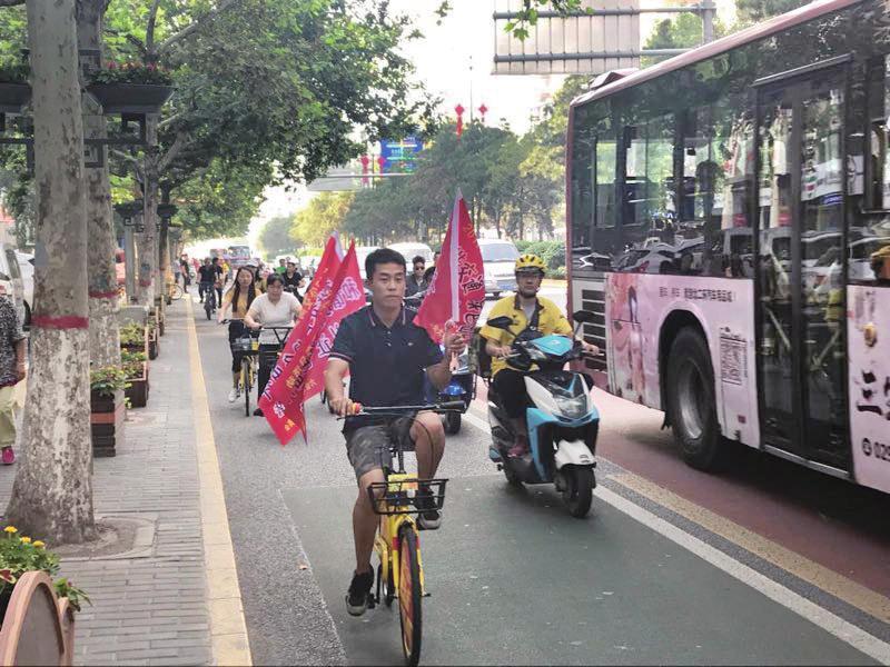 30名公交骑手街头纠违 倡导市民文明礼让出行
