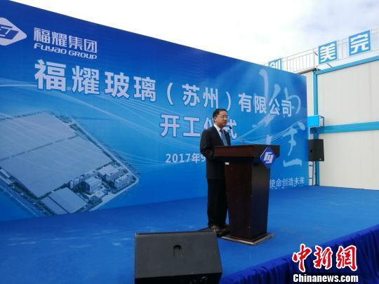 福耀集团副总裁谢世模介绍福耀苏州项目。 钟升摄
