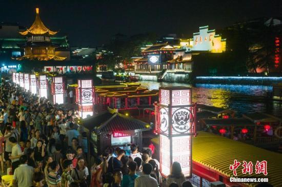 资料图:大批游客在南京夫子庙景区排起长队坐游船。中新社记者 泱波 摄