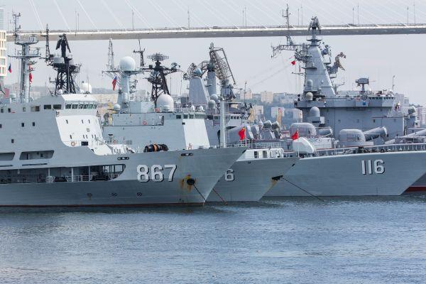 """""""海上团结—2017"""":中国水师舰艇编队抵达俄罗斯符拉迪沃斯托克。"""