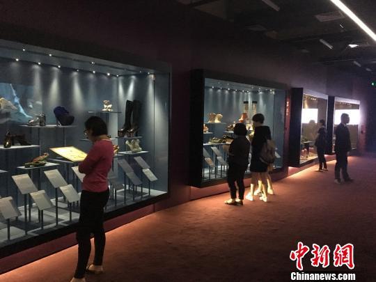 《鞋履:乐与苦展览》的展品从1370年代跨越至今。 芊烨 摄