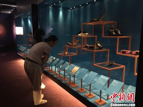世界名人拥有或与其有关的鞋子也是此次展览的组成部分。 芊烨 摄