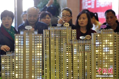 材料图:民众选购商品房。 中新社记者 韦亮 摄