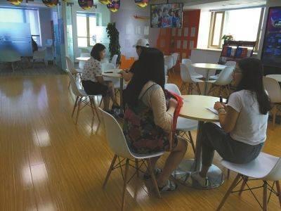 成都一家留学中介机构,工作人员接待前来咨询的学生。
