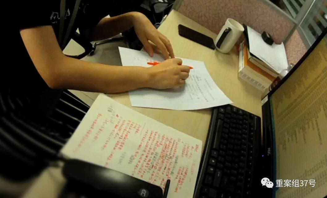 ▲警方实施抓捕时,部分涉案人员正用非法获取的公民个人信息联系客户。警方供图