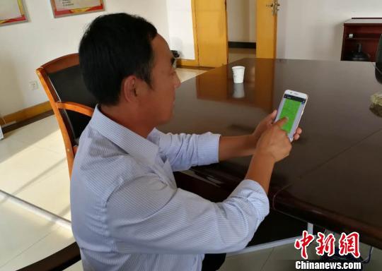 """陈先生展示手机上满是催款的""""骚扰""""信息。 朱志庚 摄"""