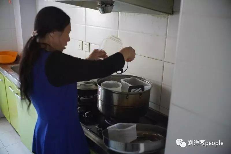 9月20日,廊坊市潮白人家小区,母亲将李真所用的食盒进行高温消毒。 新京报记者 王飞 摄