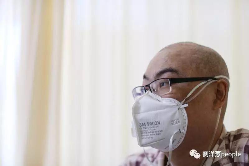 """9月20日,《见字如面》节目中""""告母书""""作者李真在医院接受记者采访。 新京报记者 王飞 摄"""