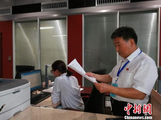 """人民银行徐州分行的工作人员查询""""异议申请""""回复情况。 朱志庚 摄"""