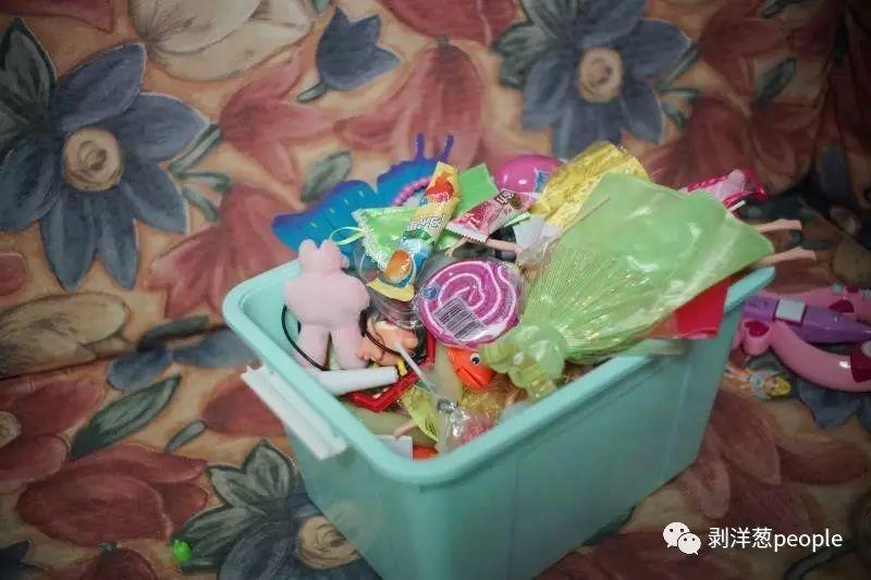 畅畅收集的玩具和棒棒糖,父亲说笑道畅畅收集的棒棒糖够开一家超市了。新京报记者 王飞 摄