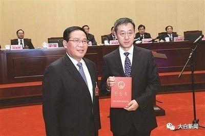 省委书记、省人大常委会主任李强向刘�D颁发任命书
