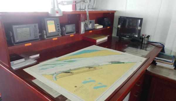 船上的航海图,这样的航海图共有350多张,包罗了东海和南印度洋所有的航道。 本文图片 汹涌新闻见习记者 杨帆 图