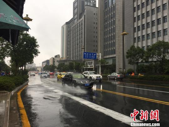 图为25日,江苏公布暴雨橙色预警信号。 崔佳明 摄