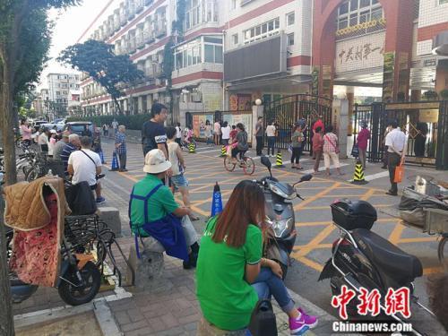 资料图:中关村一小门外期待接孩子的家长 中新网记者 张尼 摄