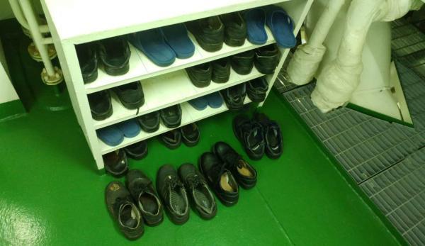 机舱内的鞋架,由于机舱内油污较大,每次进入机舱都市换鞋,保证船舱清洁。