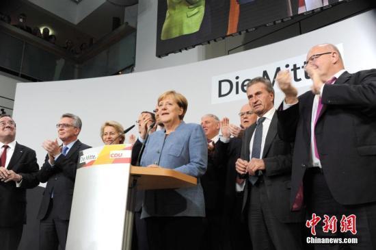 资料图:当地时间2017年9月24日18时,2017年德国联邦议院选举正式结束投票。根据德国电视一台当晚21时50分公布的最新出口民调,默克尔领导的联盟党获得了33%的选票,使其保持了国会第一大党的位置,也使得默克尔开启其第四个总理任期理论上只是时间问题。图为默克尔当晚在基民盟选举集会上发言。中新社记者 彭大伟 摄