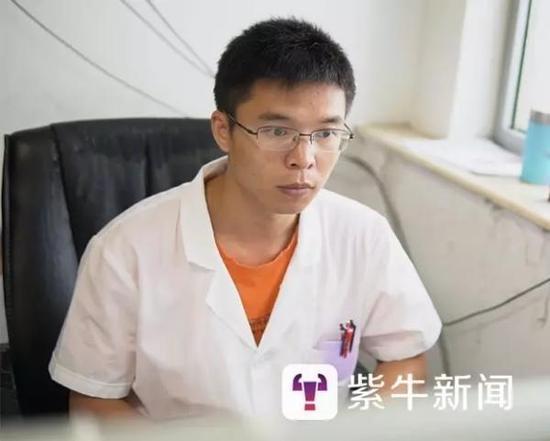 刘家洲在电脑前工作