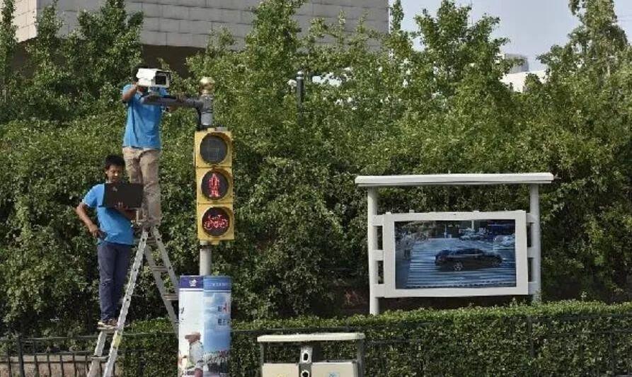 ▲事情职员正在安装摄像头。