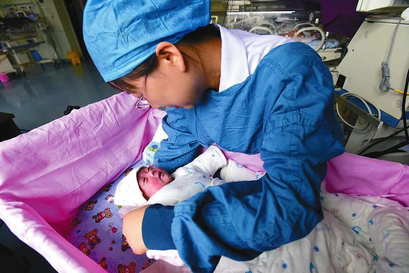 西北最小胎龄超低体重婴儿康复出院 出生时体重只有640克