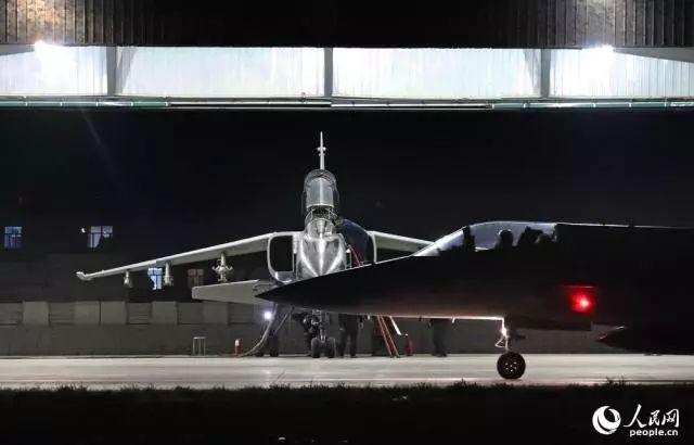 """▲巴方担负掩护任务的""""枭龙""""战机滑向跑道,准备升空。刘应华 摄"""