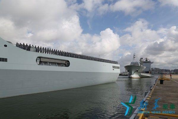 ▲材料图片:7月11日,吉布提保证基地官兵在井冈山舰、东海岛船分区排队。