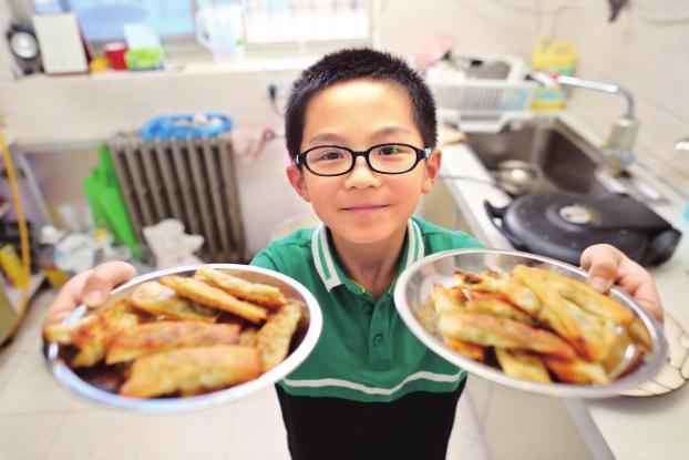 西安7岁男童炒菜烙饼样样拿手 5岁做第一顿饭