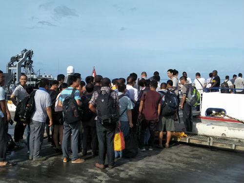 中国同胞有序登船撤离。图片来源:中国领事服务网