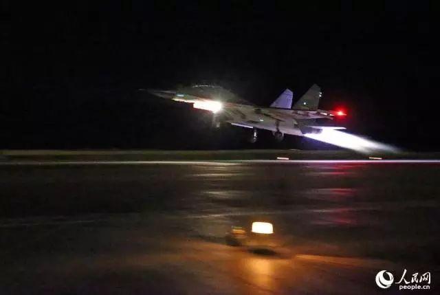 ▲歼-11B战机加力起飞,直刺夜幕。刘应华 摄
