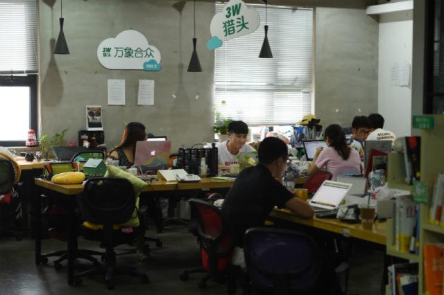 在中关村创业大街3W咖啡三层,约20家小型创业企业在这里集中办公(7月19日摄)。新华社记者 鞠焕宗 摄