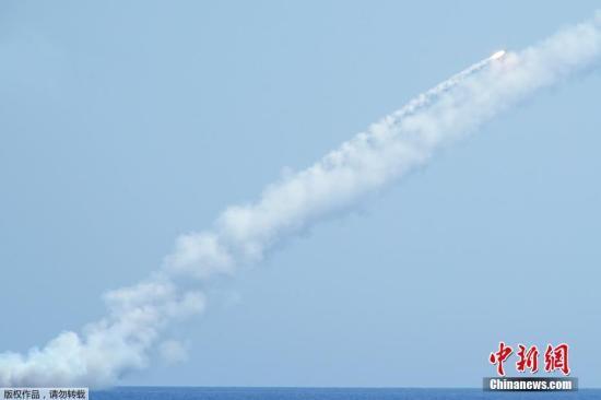 """当地时间2017年9月14日,俄军潜艇发射""""口径""""巡航导弹,打击""""伊斯兰国""""位于叙代尔祖尔郊区的指挥部、通信站和弹药库。"""