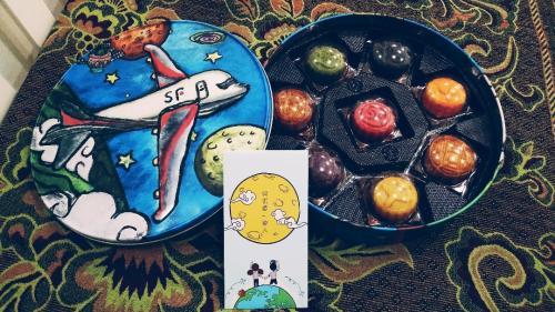 """圆圆的包装,手绘的图案,这是顺丰""""从月亮上运来的月饼""""."""