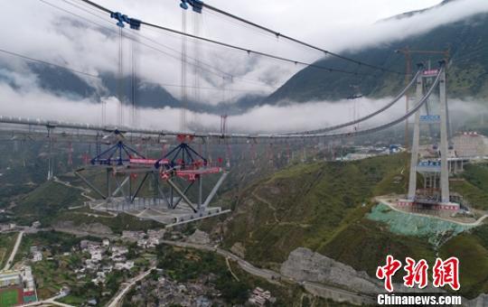 大渡河兴康特大桥首段钢桁梁成功吊装
