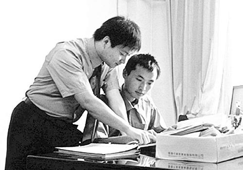 吕端冬(右)与同事一起探讨案情