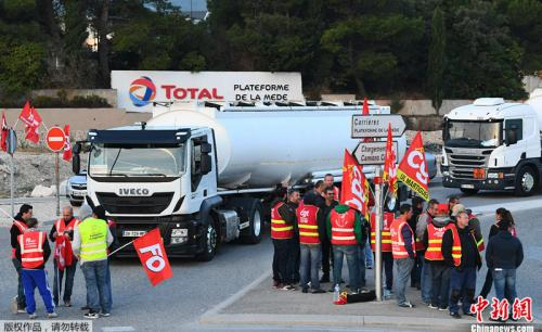 当地时间9月25日,卡车司机封堵了马赛附近的一个道达尔油库。