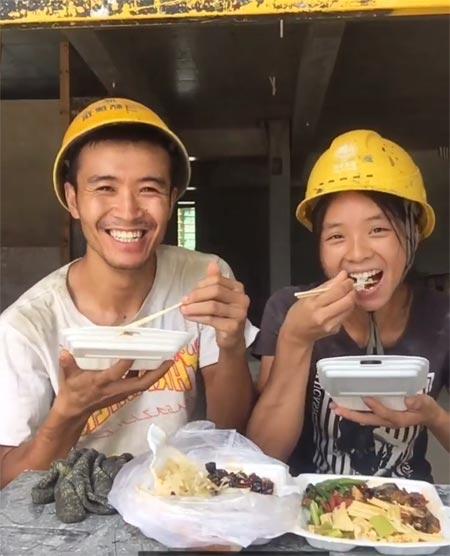 刘磊(左一)、李霞夫妇在工地吃午饭时录制视频,该视频在平台点击量达88万,有近4000条评论。