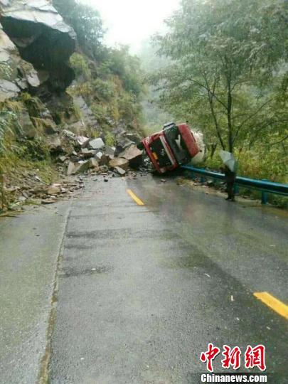 图为陕西平利连降大雨致道路受损。 平利县官方供图 摄