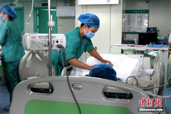资料图:西安一医院ICU接受救治的病人。 中新社记者 田进 摄